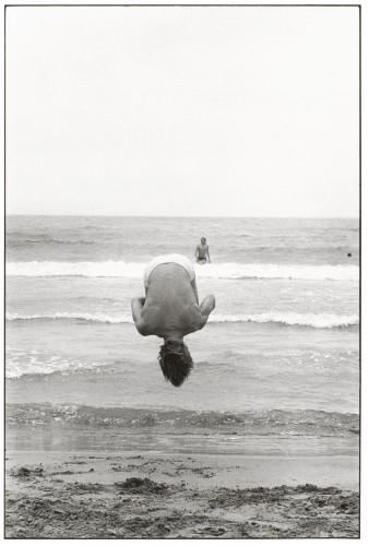 Saintes-Maries-de-la-Mer, Francia, 1977. Foto di Elliot Erwitt.