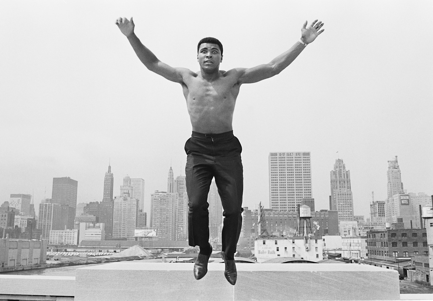 Muhammad Ali, Chicago River Bridge, 1966. © Thomas Hoepker. Courtesy: Johanna Breede, PHOTOKUNST.