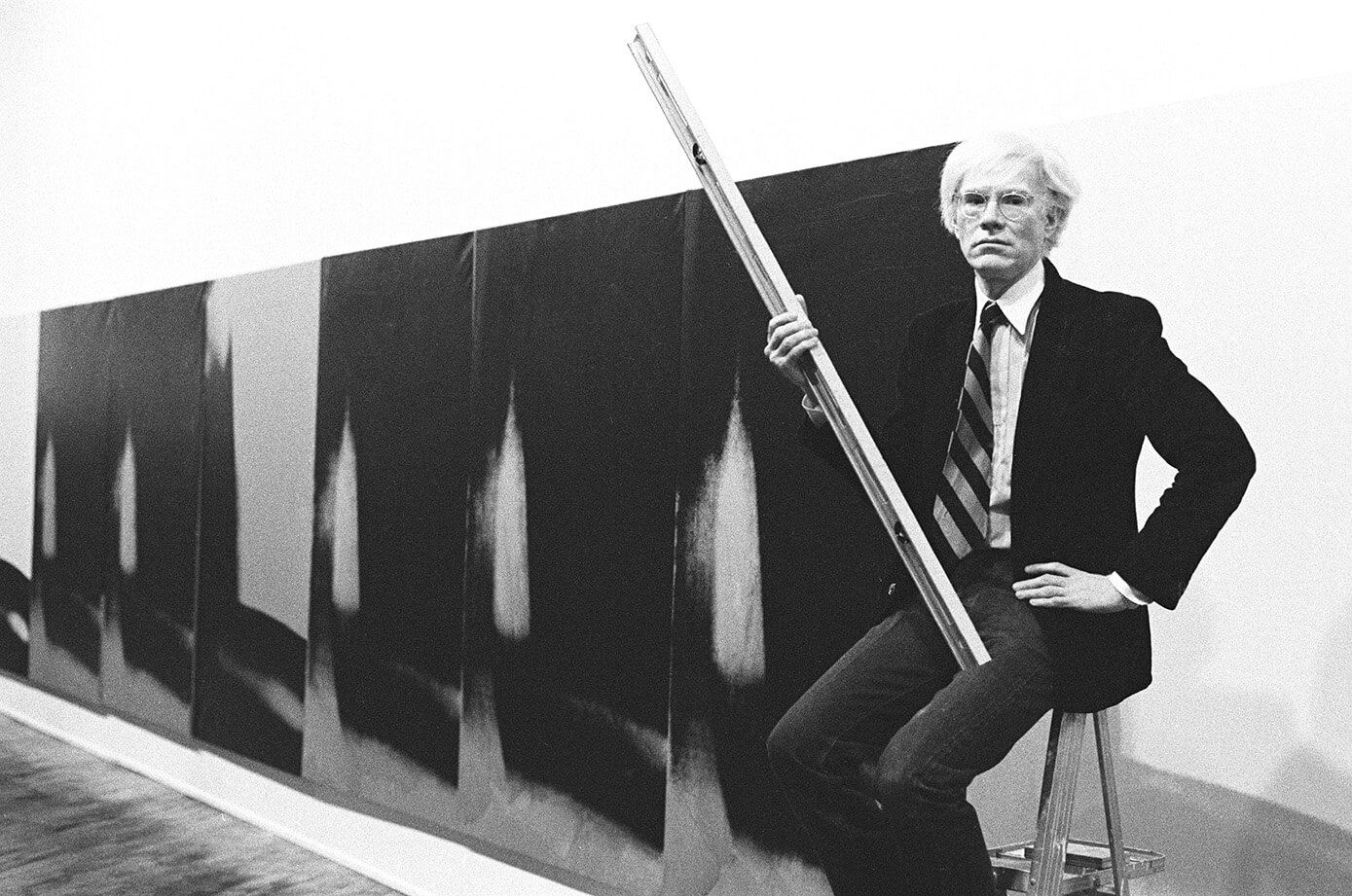 Andy Warhol (1928-1987) devant les Shadows à la Heiner Friedrich Gallery, New York, 1979.
