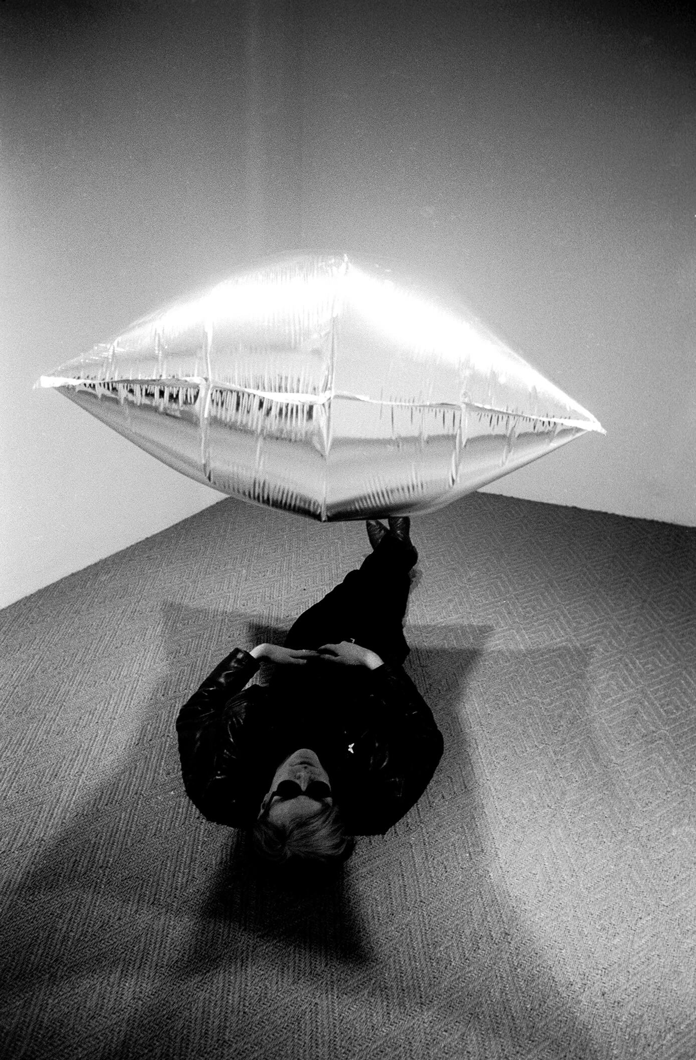 Andy Warhol (1928-1987), Sous Silver Cloud, Ferus Gallery, Los Angeles, 1965. © Steve Schapiro/Corbis. © The Andy Warhol Foundation for the Visual Arts, Inc. / ADAGP, Paris 2015.