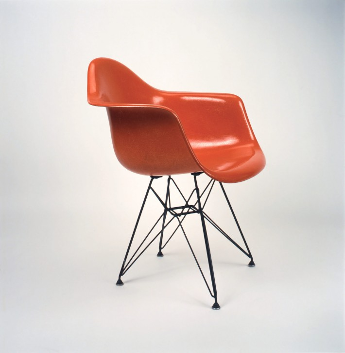 "Poltroncina in vetroresina stampata con base ""Eiffel"" in tondino di ferro, 1951. / Molded fiberglass side chair with ""Eiffel"" base made of iron rods, 1951."