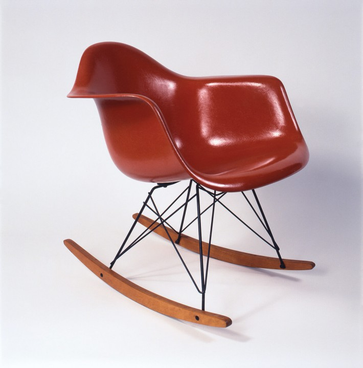 "Poltroncina in vetroresina stampata con base ""Eiffel"" in tondino di ferro, in versione a dondolo, 1951. / Molded fiberglass side chair with ""Eiffel"" base made of iron rods, rocker version, 1951."