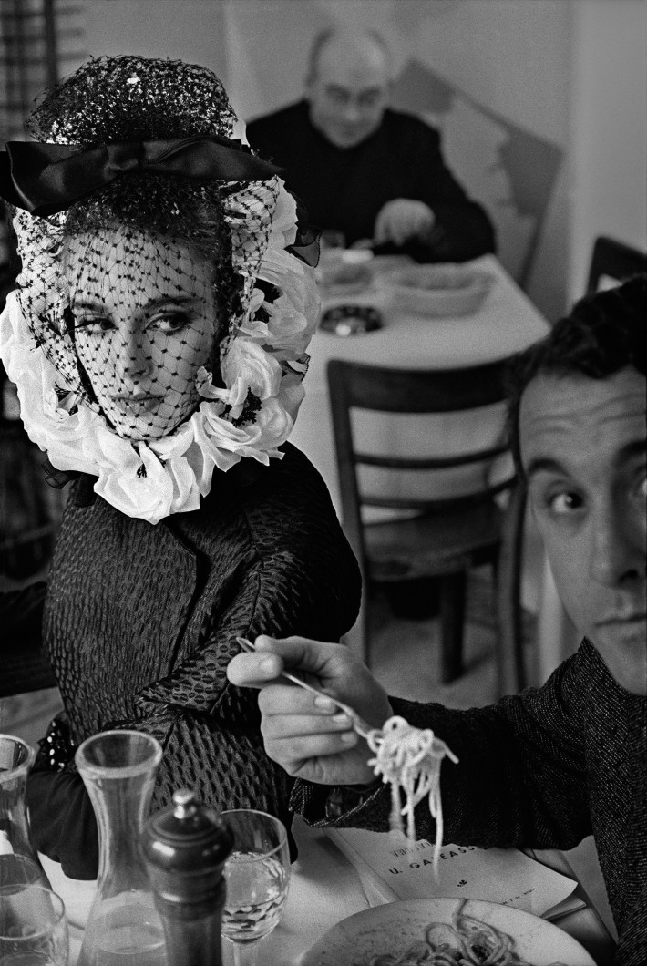 Please, Don't Smile di Frank Horvat.