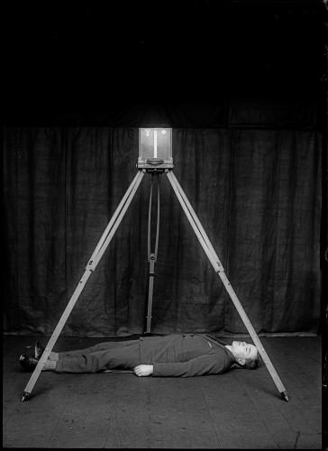 Messinscena dimostrativa del sistema di fotografia metrica di Bertillon, con un corpo a simulare il cadavere e l'apparecchiatura in posizione. Materiale didattico per corsi e conferenze. Rodolphe A. Reiss, 1925. Collezione dell'Institut de police scientifique dell'Università di Losanna. © R. A. REISS, coll. IPSC