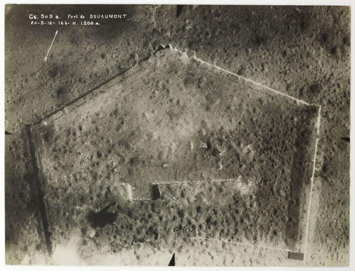 Fort de Douaumont, nei pressi di Verdun, 4 novembre 1916, 12h, altitude 900 m. Sezione di Fotografia Aerea © Paris – Musée de l'Armée, Dist. RMN-Grand Palais, photo Marie Bour