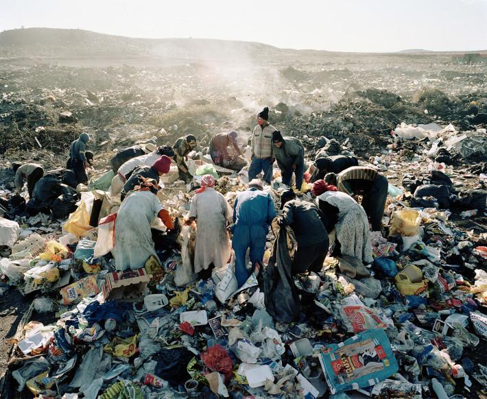 Mikhael Subotzky, Residents, Vaalkoppies (Beaufort West Rubbish Dump), 2006. Courtesy: Goodman Gallery.