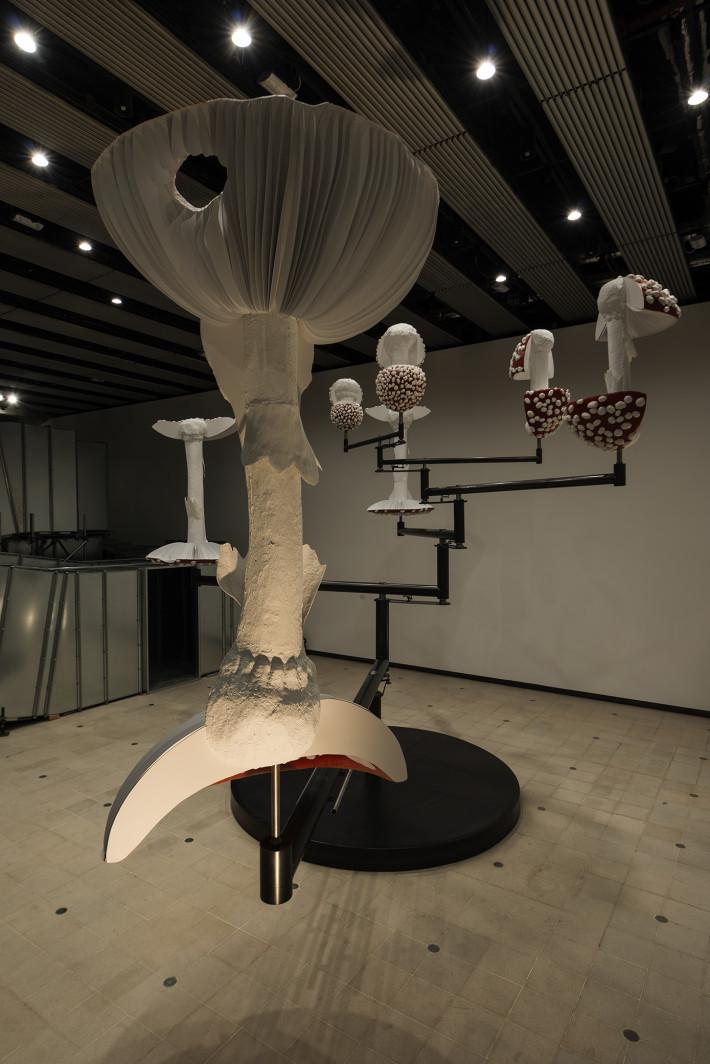 Carsten Höller, Flying Mushrooms, 2015. Foto: Attilio Maranzano. Courtesy: Carsten Höller e Gagosian Gallery. Prodotto in cooperazione con Hayward Gallery, Londra e Pirelli HangarBicocca, Milano.