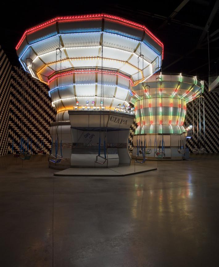 Carsten Höller, Double Carousel with Zöllner Stripes, 2011. Foto: Attilio Maranzano. Courtesy di Enel Contemporanea & MACRO, Museo d'Arte Contemporanea Roma, Roma, e Carsten Höller.