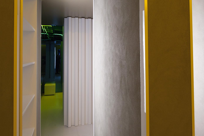 """La stanza """"Circolare Circolare"""" di Manolo De Giorgi è divisa in una serie di corridoi che liberano la circolazione fra le diverse funzioni di un'abitazione e invitano a muoversi attraverso questo spazio indefinito."""