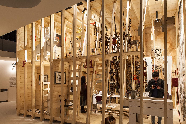 """Duilio Forte traspone la sua visione dell'architettura come pratica artigiana e fantasiosa in """"Ursus"""", una casa-orso densa di soluzioni abitative originali che ha costruito con le sue mani, pensata per far provare un'esperienza abitativa minima in una zona zoomorfa."""