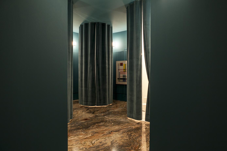 """""""L'assenza della presenza"""", di Marta Laudani e Marco Romanelli, è una stanza simile a una """"apparecchiatura sparpagliata"""" che esalta il rapporto tra nascondere e mostrare. La casa è vista come il """"teatro della nostra quotidianità""""."""