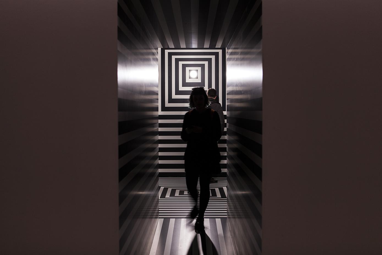 """La stanza di Alessandro Mendini è una sorta di prigione, """"un spazio mentale invalicabile"""" dove scontare l'ergastolo per """"reato di ornamento"""". È realizzata in laminato Abet, che Mendini indica come origine della sua ossessione decorativa"""