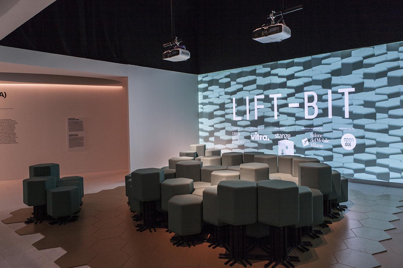 """Pixel divenuti materia sono gli elementi costitutivi della stanza """"Lift-Bit""""di Carlo Ratti Associati, che presenta il primo sistema d'arredo connesso in Rete, una seduta modulare e riconfigurabile che sfrutta le tecnologie Internet of Things."""
