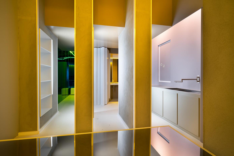 """I corridoi della stanza """"Circolare Circolare"""" di Manolo De Giorni, un progetto che vuole eliminare la rigida giustapposizione delle stanze nel loro """"formato-tessera""""."""