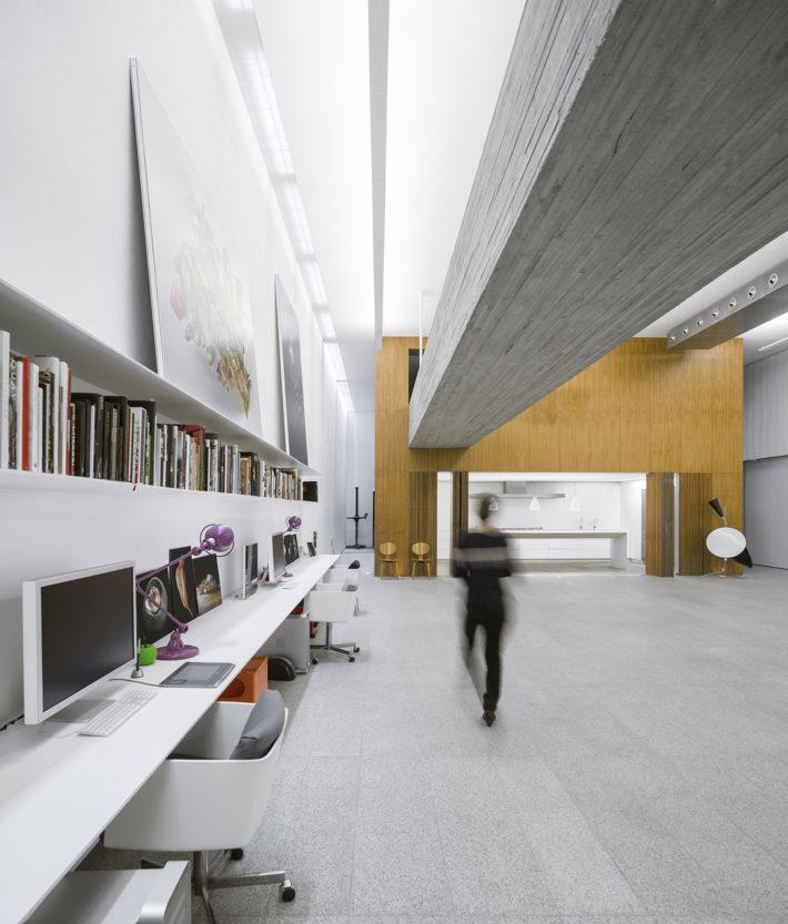 StudioSC, San Paolo, Brasile, 2011. Progetto architettonico: studio mk27 - Marcio Kogan e Suzana Glogowski. Progetto interni: studio mk27 - Diana Radomysler. Foto: Fernando Guerra.