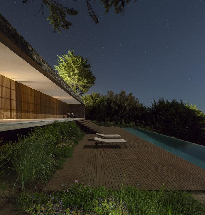 Rocas House, Chile, 2012. Progetto architettonico: studio mk27 - Marcio Kogan, Renata furlanetto + 57 studio. Foto: Fernando Guerra.