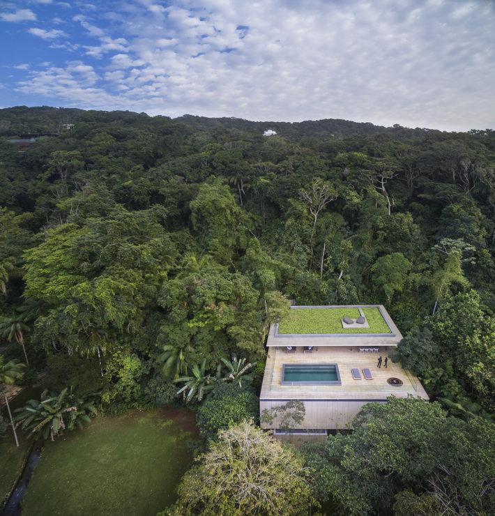 Na Mata House, Guarujà, SP, Brazil, 2015. Progetto architettonico: studio mk27 - Marcio Kogan, Samanta Cafardo, Diana Radomysler. Foto: Fernando Guerra.