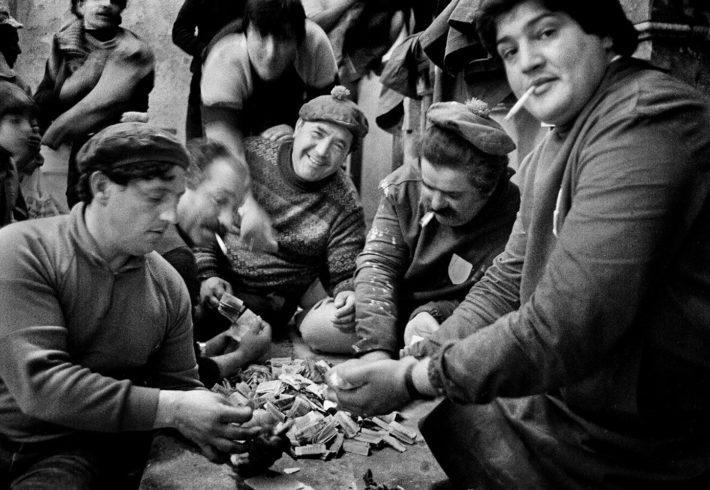 Letizia Battaglia, La conta. Dopo la Processione dei Misteri gli uomini contano i soldi delle offerte, Trapani, 1992. Courtesy: Letizia Battaglia.