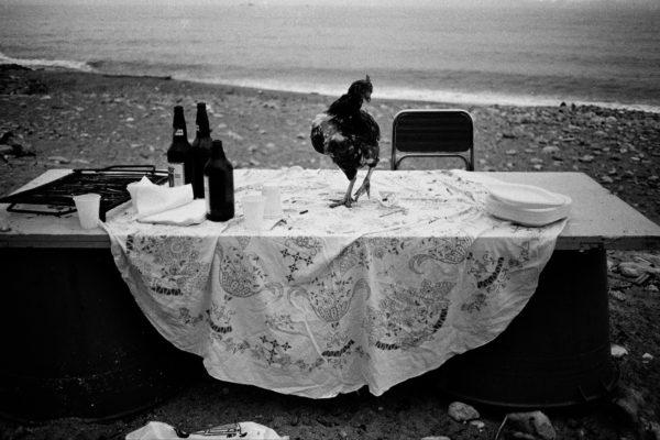 Letizia Battaglia, Nella spiaggia della Arenella la festa è finita, Palermo, 1986. Courtesy: Letizia Battaglia.