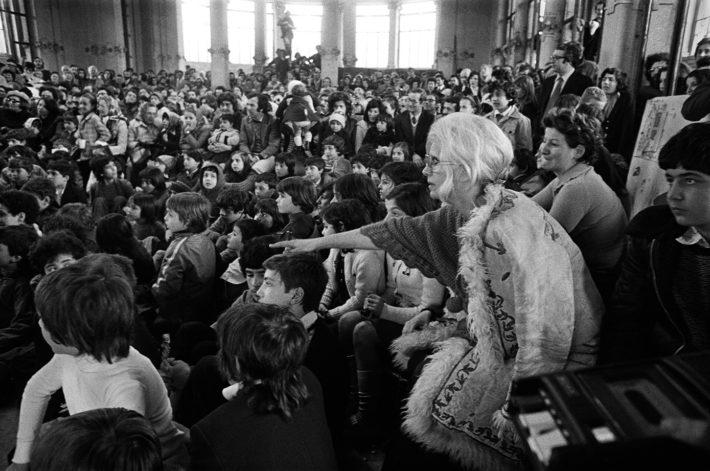 Letizia Battaglia, Franca Rame alla Palazzina Liberty. Milano, 1974. Courtesy: Letizia Battaglia.