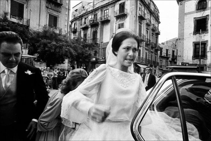 Letizia Battaglia, La sposa inciampa sul velo, Casa Professa, Palermo, 1980. Courtesy: Letizia Battaglia.