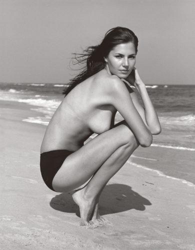 Lilla kneeling, Napeague, N.Y., 2002. © Michael Dweck.