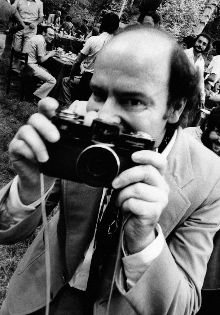 Mario Bellini in Giappone con la macchina fotografica Zeiss Hologon 1972. Archivio Mario Bellini.
