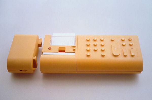Divisumma 18, design di Mario Bellini per Olivetti, 1973. Calcolatrice elettronica da mano scrivente a batteria ricaricabile. Foto: Ezio Frea.