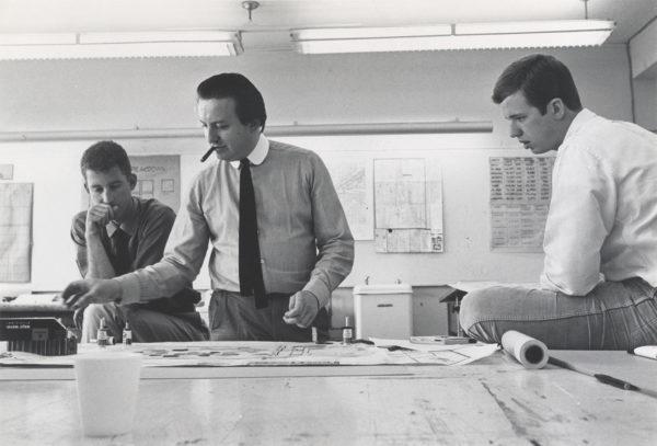 Cedric Price guida un gruppo di studenti al lavoro su ATOM al The Rice Design Fete, Rice University, Texas, 1967.