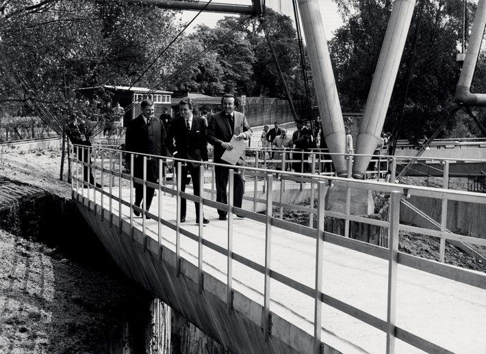 Frank Newby, Lord Snowdon e Cedric Price all'inaugurazione di New Aviary nello Zoo di Londra, 1965.