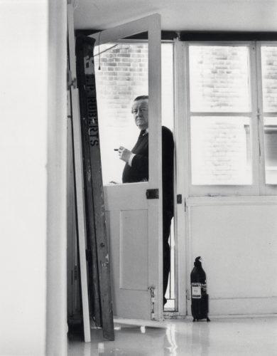 Cedric Price nella White Room del suo studio in Alfred Place, Bloomsbury, c 1995.