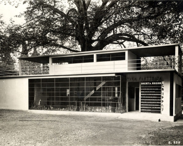 La casa elettrica, commissionata dalla società Edison per la IV Triennale di Monza del 1930 e realizzata dal Gruppo 7 (Luigi Figini, Gino Pollini, Guido Frette e Adalberto Libera in collaborazione con Piero Bottoni).