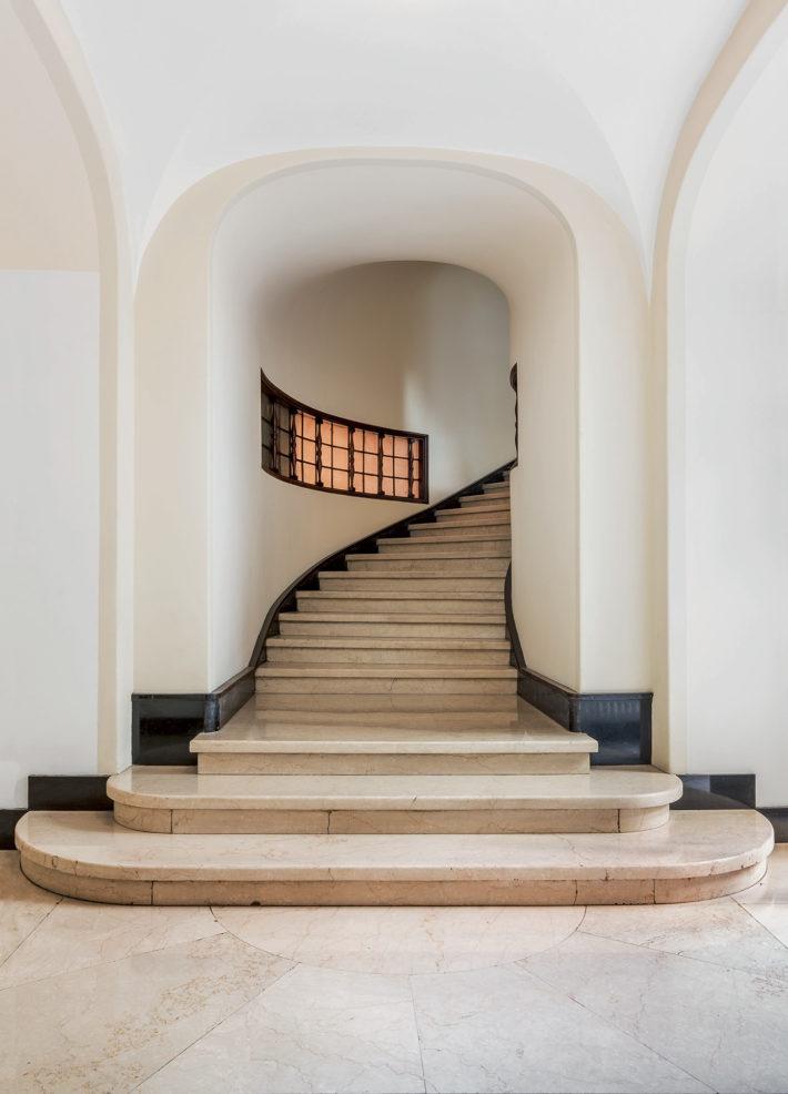 Via Gabrio Serbelloni 10, Palazzo Sola Busca, Aldo Andreani, 1924-30. Scalone in marmo di Botticino.