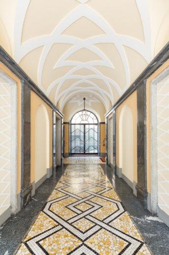 Via Mario Giuriati 5, Giovanni Muzio, 1930-31. Pavimento in palladiana e mosaico, nei colori giallo, nero e bianco, ripresi alle pareti e nel soffitto dai motivi Novecento.