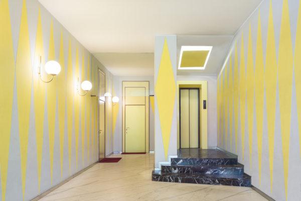Viale Lunigiana 44a, Casa Melandri, Gio Ponti e Alberto Rosselli, 1954-57. Pavimento in marmo di Carrara, scala in oficalcite Rosso Levanto.