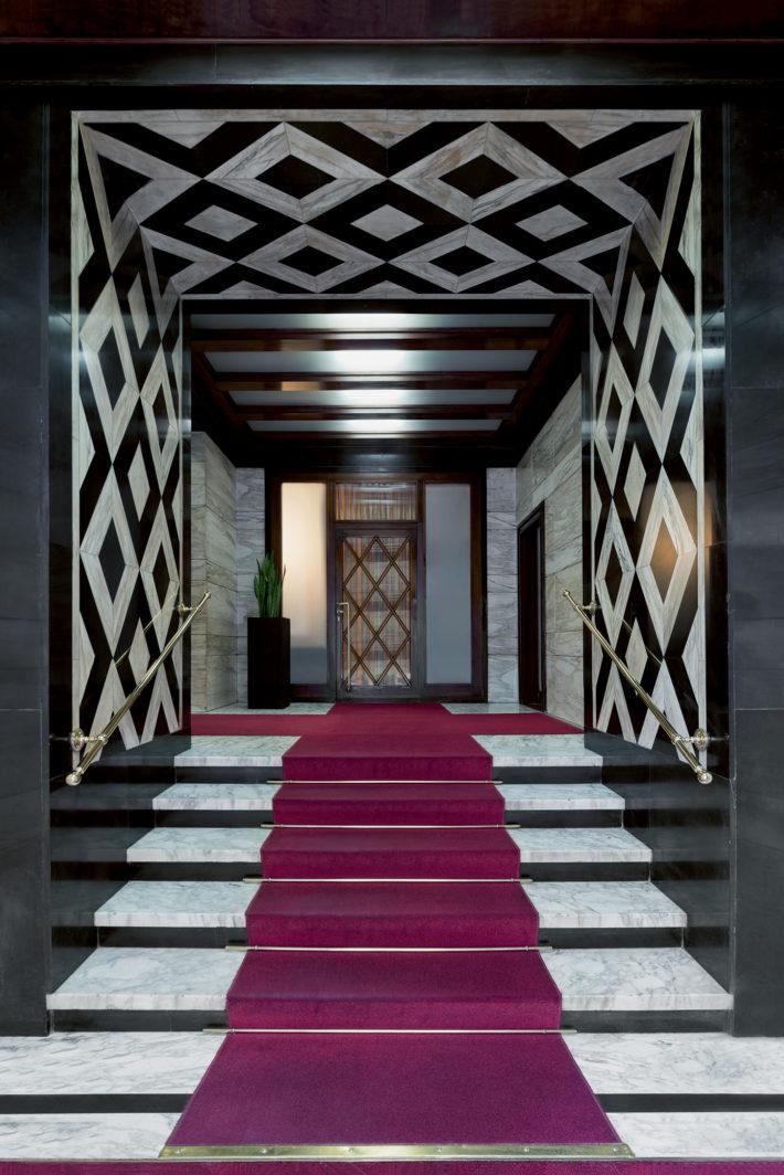 Corso di Porta Nuova 2, Giuseppe Roberto Martinenghi, 1937. Pavimentazione in marmo di Carrara Arabescato, pareti in pietra calcarea Nero Assoluto d'Italia e marmo Calacatta.