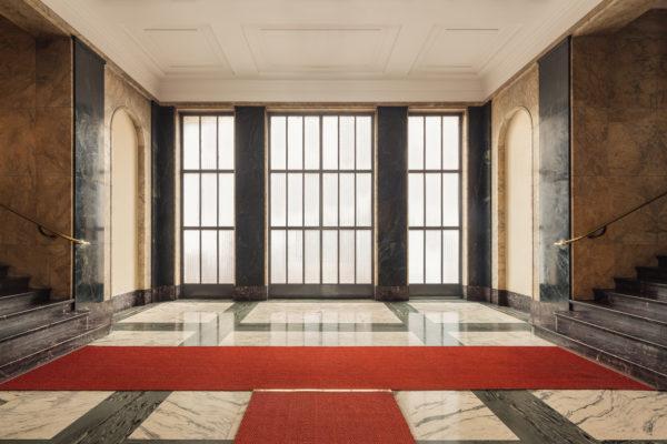Piazza Sant'Ambrogio 8. Pavimenti in marmo e scala in oficalcite Rosso Levanto.