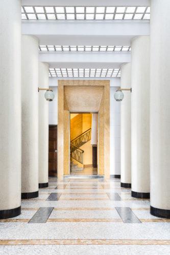 Via Aristide de Togni 14, Pier Giulio Magistretti, 1934-36. Lampade di Ignazio Gardella e pavimento in palladiana di marmo di Bardiglio, Carrara e Giallo Siena.