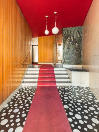 Via Pinturicchio 11, Pierluigi Requiliani, 1959-60. Pavimentazione in porfido nero con inserti rotondi in marmo di Carrara. Lampade di Artemide.