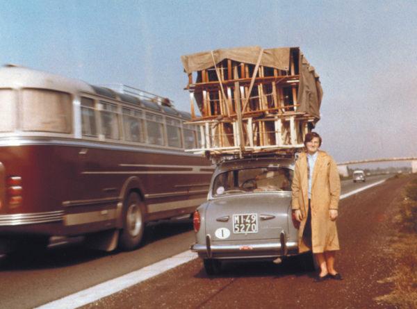Negli anni '50, le strutture grezze delle sedie erano trasportate in Liguria sul tetto di una Fiat 1100 per la realizzazione dei sedili in canna d'india.