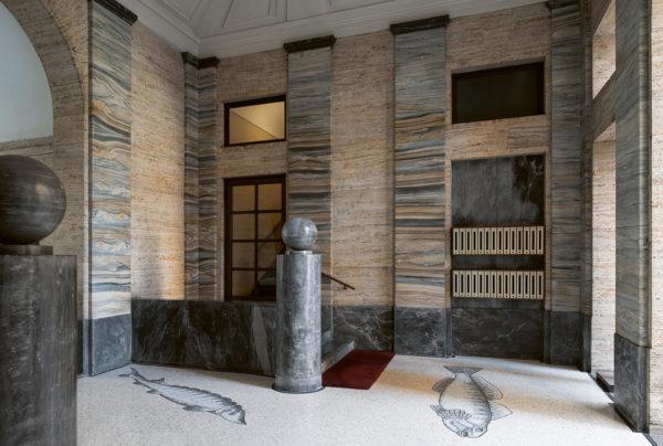 Piazza Eleonora Duse 2, Palazzo Civita, Gigiotti Zanini, 1927-33. Basamenti in marmo di Bardiglio, lesene in marmo Cipollino e pareti in travertino. Foto: Paola Pansini.