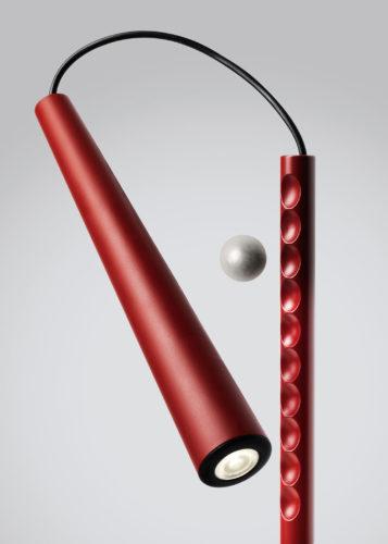 Lampada Magneto, Foscarini, 2012. Il cuore del progetto è una sfera magnetica che rende perfettamente direzionabile la luce.