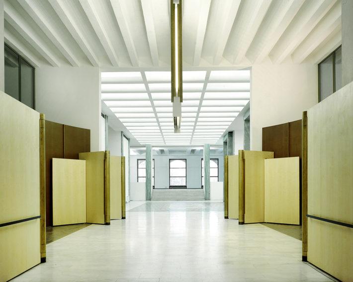 Allestimento della zona ingresso del Palazzo dell'Arte, Triennale, Milano, 1994-95. Foto: Francesco Radino.