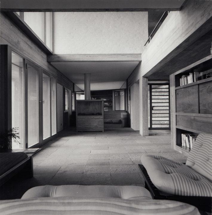 Casa Berrini, Taino, 1967-68. Soggiorno, con in fondo il camino in cemento. Foto: Giorgio Casali, Università Iuav di Venezia, Archivio Progetti, Fondo Giorgio Casali.