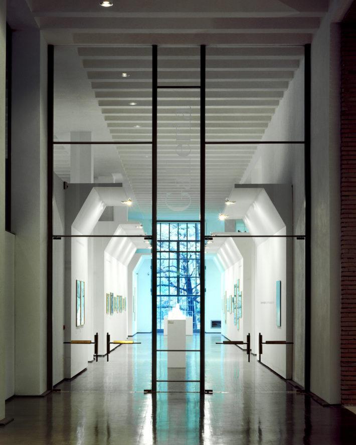 Allestimento della zona ingresso del Palazzo dell'Arte, Triennale, Milano, 1994-95. La grande vetrata di accesso alla galleria. Foto: Francesco Radino.
