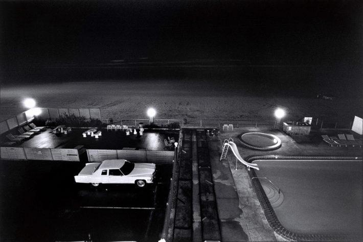 Auto nei pressi di una piscina, Florida, 1975: Foto: Elliott Erwitt. © Elliott Erwitt/Magnum Photos.