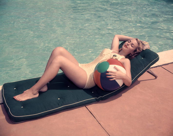 Woman at swimming pool, 1950s, USA. Photo: H. Armstrong Roberts. © Getty Images.