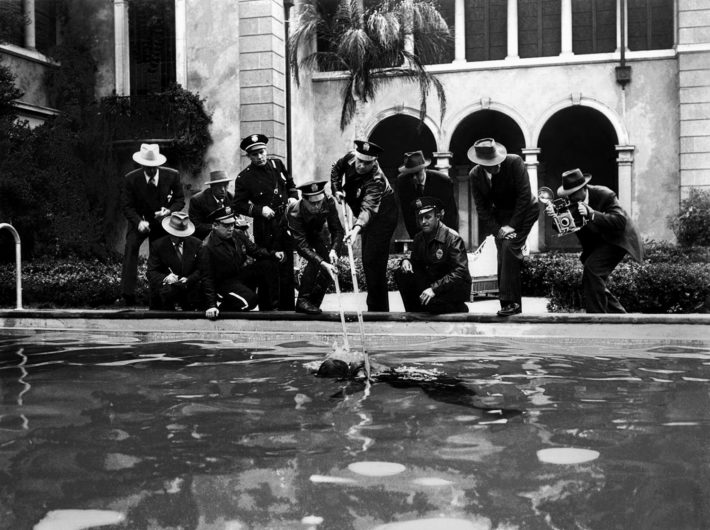 Il cadavere di Joe Gillis (William Holden) galleggia nella piscina della villa di Norma Desmond (Gloria Swanson) in Viale del tramonto (Sunset Boulevard, 1950), diretto da Billy Wilder. © AF Archive/Alamy Stock Photo.