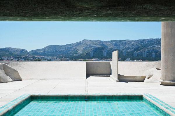 Piscina panoramica collocata sul tetto dellaCité Radieuse, il celebre edificio residenziale progettato da Le Corbusier e realizzato tra il 1947 e il 1952, a Marsiglia. © Pixabay.