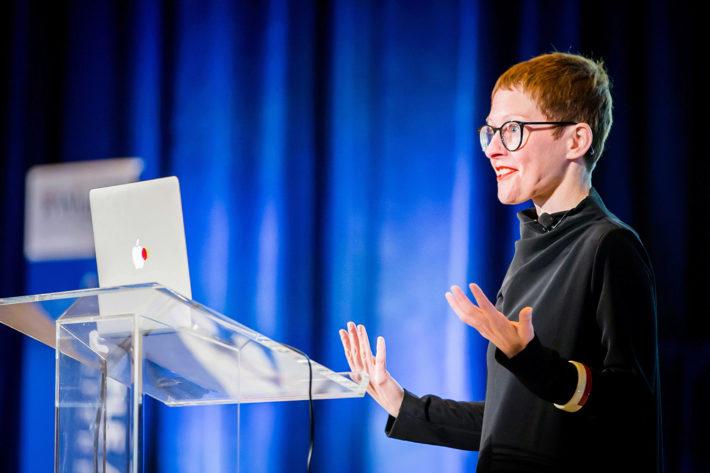 Giorgia Lupi nel suo intervento Designer's Perspective: Data Visualization per la Wharton People Analytics Conference 2018.